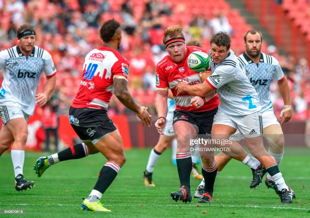 Emirates Lions' South African prop Ruan Dreyer (C) vies with BNZ Crusaders New Zealand hooker Ben Funnell (R) during the Super Rugby XV match Emirates Lions versus BNZ Crusaders on April 1, 2018 at the Emirates Airline Park in Johannesburg. / AFP PHOTO / Christiaan Kotze