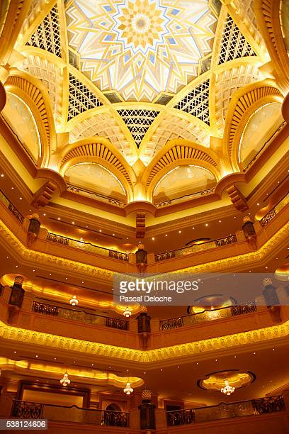 emirates palace in abu dhabi - palast stock-fotos und bilder