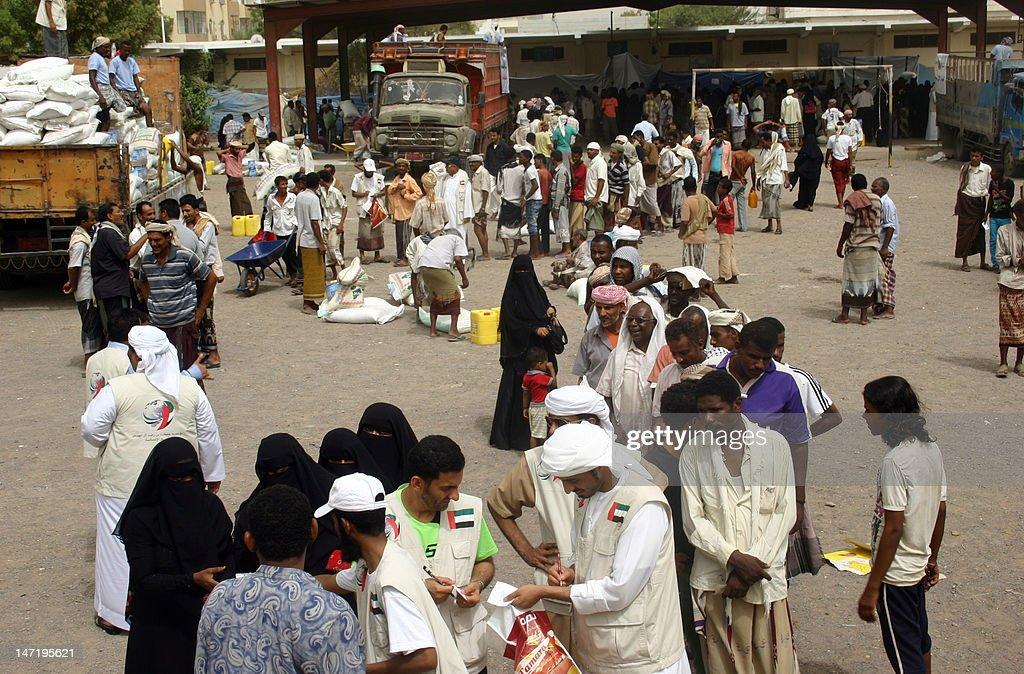 Emirati aid workers distribute food dona : News Photo