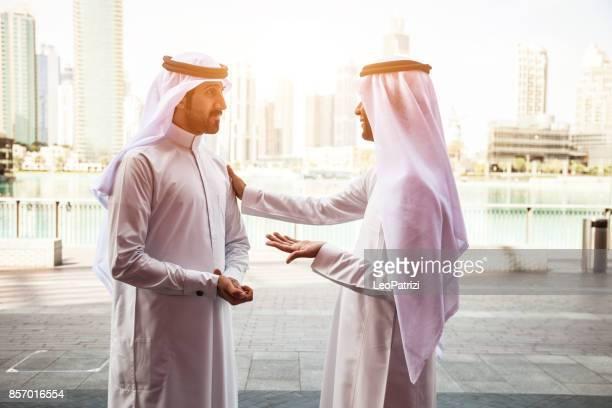 centrum van de mannen van de emiraten business dubai - midden oosterse etniciteit stockfoto's en -beelden