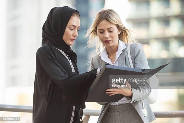 Femme d'affaires et expatriés ouest des Émirats arabes unis