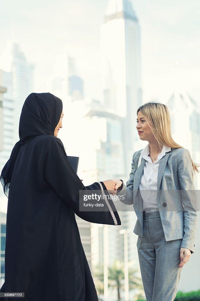 Emiratino donna d'affari con espatriati : Foto stock