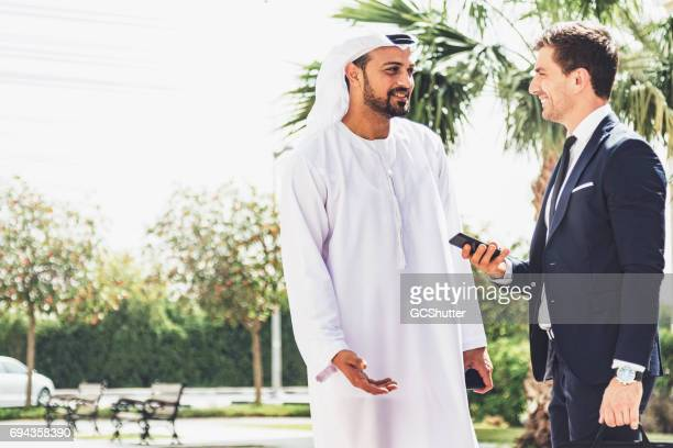Emiratí Ejecutivo reunión con un empresario occidental
