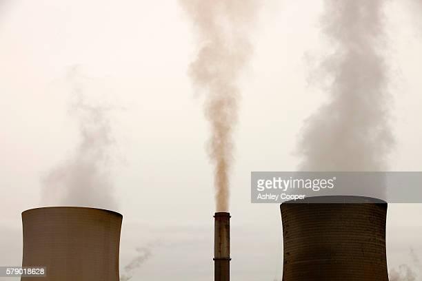 emissions from a coal fired power station - kolgruva bildbanksfoton och bilder