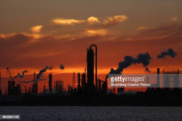 emissions rise from an oil refinery - gulf coast states stock pictures, royalty-free photos & images