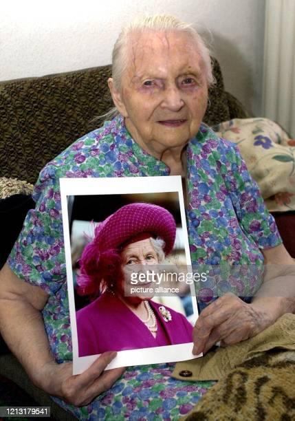 Emma Schäpel zeigt am 182000 in ihrer Wohnung in Stuttgart ein Foto von Queen Mum Wie die britische Königinmutter feiert Emma Schäpel am 4 August...