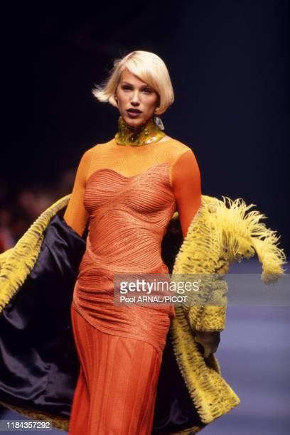 Emma Sjöberg au défilé PrêtàPorter de Christian Lacroix collection Printemps/Hiver 96/97 à Paris en mars 1996 France