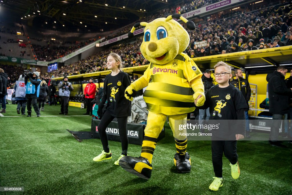 Emma The Mascot Of Borussia Dortmund On Its Way To The Pitch Prior News Photo Getty Images