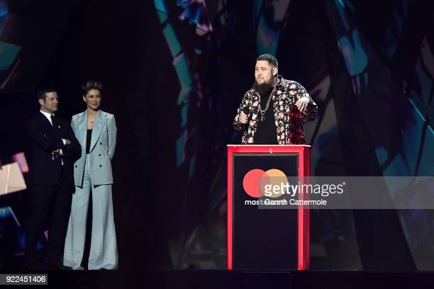 AWARDS 2018 *** Emma Willis and Dermot O'Leary present Rag'n'Bone Man with the British Single award at The BRIT Awards 2018 held at The O2 Arena on...