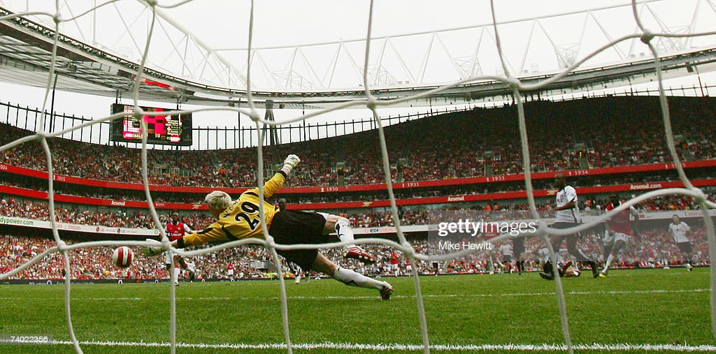 Emmanuel Adebayor of Arsenal (R) beats Antti Niemi of Fulham to score their second goal during the Barclays Premiership match between Arsenal and Fulham at the Emirates Stadium on April 29, 2007 in London, England.
