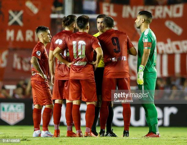 Emmanuel Gigliotti of Independiente argues with Referee Emmanuel Gigliotti being sent off during the first leg match between Independiente and Gremio...