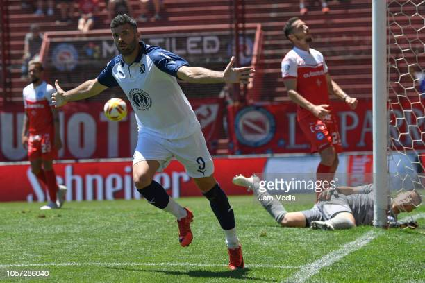 Emmanuel Gigliotti of Independiente celebrates his side's second goal during a match between Argentinos Juniors and Independiente as part of...