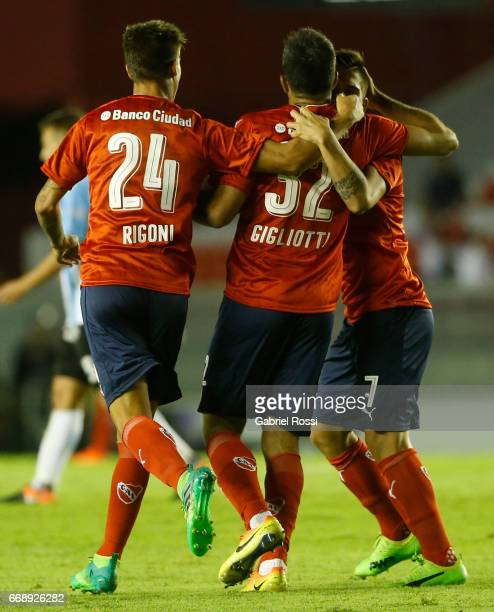 Emmanuel Gigliotti of Independiente celebrates with his teammates after scoring the first goal of his team during a match between Independiente and...