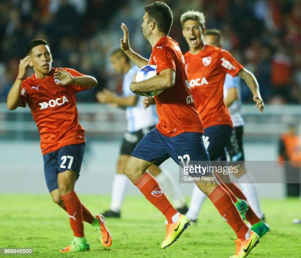 Emmanuel Gigliotti of Independiente celebrates with teammates after scoring the first goal of his team during a match between Independiente and...
