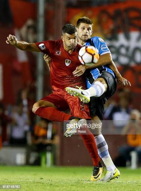 Emmanuel Gigliotti of Independiente fights for the ball with Walter Kannemann of Gremio during the first leg match between Independiente and Gremio...
