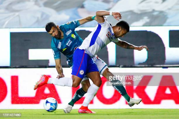 Emmanuel Gigliotti of Leon competes for the ball with Juan Escobar of Cruz Azul during the 8th round match between Leon and Cruz Azul as part of the...