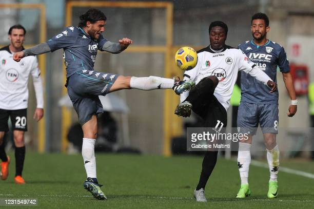 Emmanuel Gyasi of Spezia Calcio battles for the ball with Perparim Hetemaj of Benevento Calcio during the Serie A match between Spezia Calcio and...