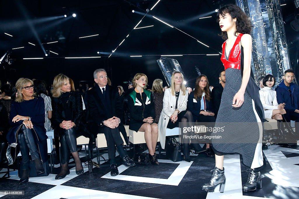 Louis Vuitton : Front Row  - Paris Fashion Week Womenswear Fall/Winter 2016/2017 : ニュース写真
