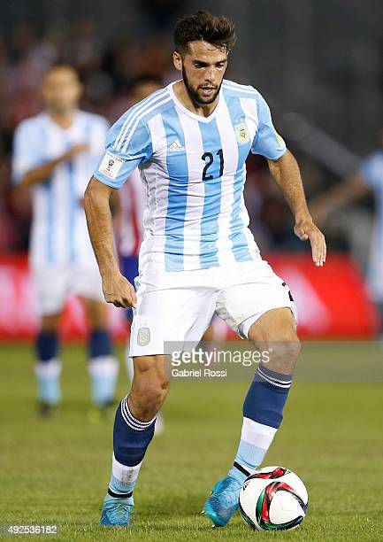 Emmanuel Mas of Argentina drives the ball during a match between Paraguay and Argentina as part of FIFA 2018 World Cup Qualifier at Defensores del...