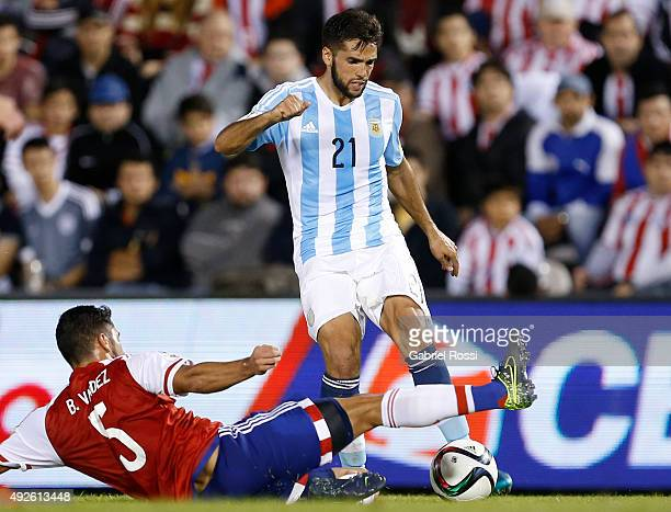 Emmanuel Mas of Argentina fights for the ball with Bruno Valdez of Paraguay during a match between Paraguay and Argentina as part of FIFA 2018 World...