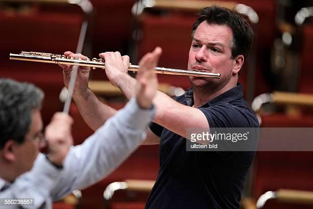 Emmanuel Pahud gastiert mit dem GürzenichOrchester Köln unter der Leitung des italienischen Dirigenten Carlo Rizzi in der Philharmonie Köln