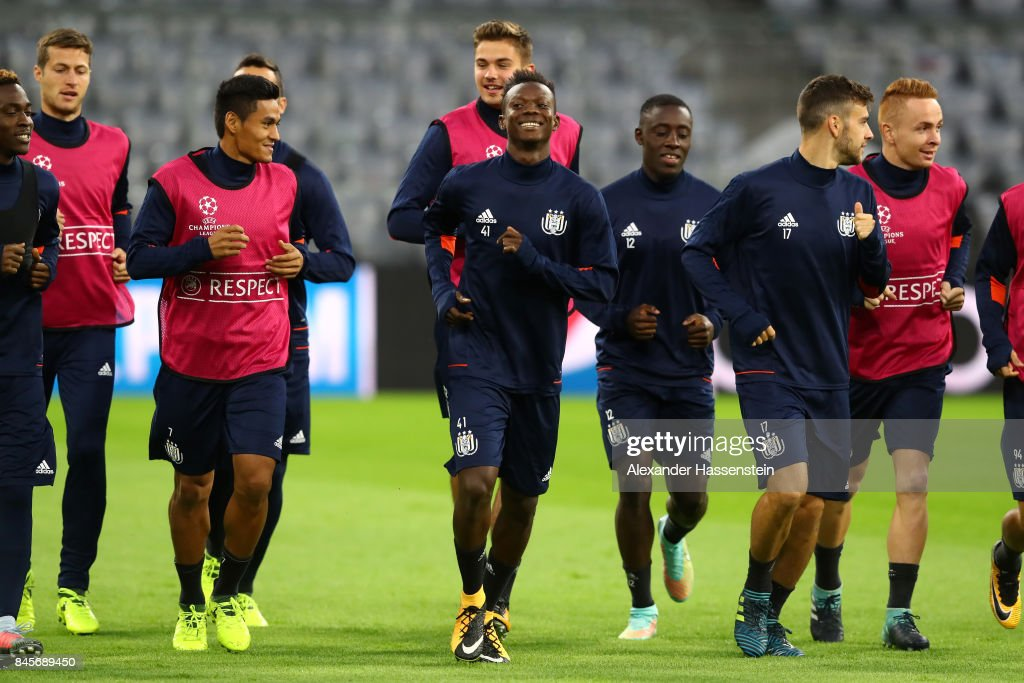 Emmanuel Sowah (C) of RSC Anderlecht and RSC Anderlecht players warm up during an RSC Anderlecht training session ahead of the UEFA Champions League Group B match against Bayern Muenchen at Fussball Arena Muenchen on September 11, 2017 in Munich, Germany.
