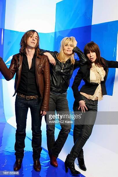 Emmanuelle Seigner Singer Emmanuelle SEIGNER sort son premier album avec Gil LESAGE et Pierre EMERY du groupe ULTRA ORANGE attitude souriante...