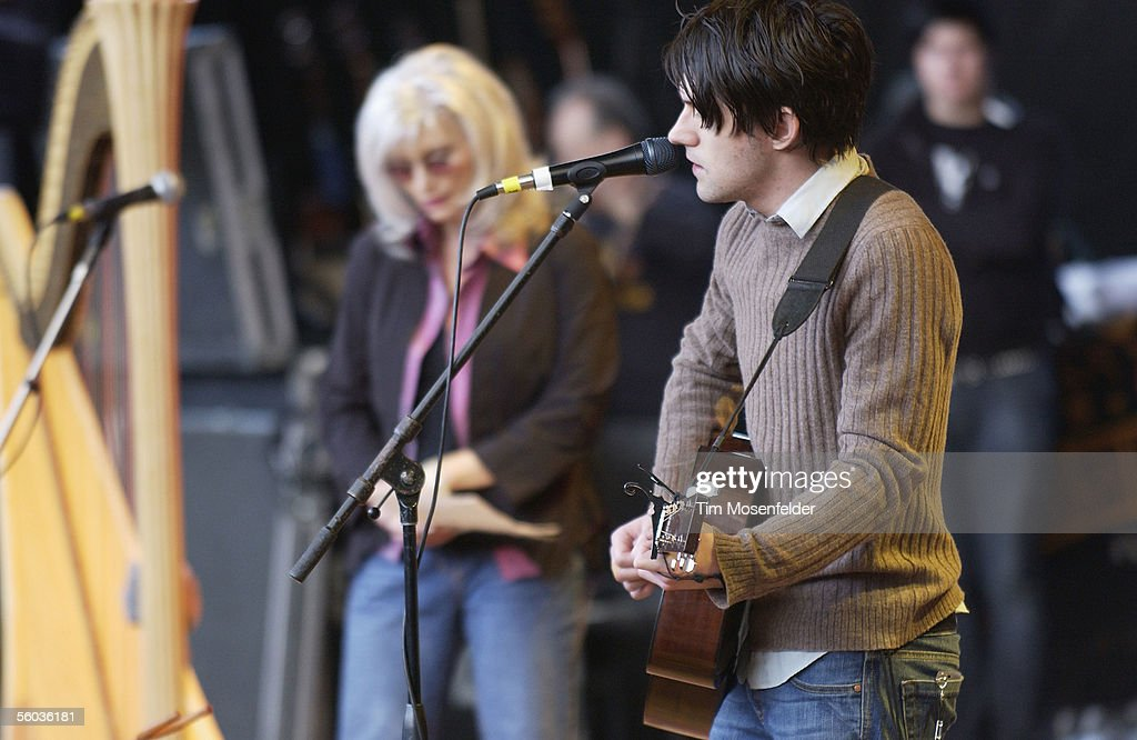 Country siglo XXI Emmylou-harris-and-conor-oberst-and-bright-eyes-perform-as-part-of-picture-id56036181