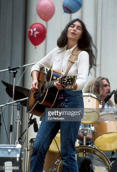 Emmylou Harris Hot Emmylou Harris perform...