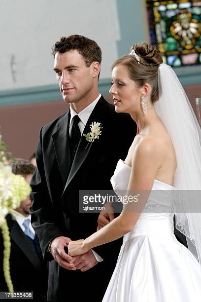 Émotionnel le marié et la mariée dans l'église de cérémonie de mariage de REVE