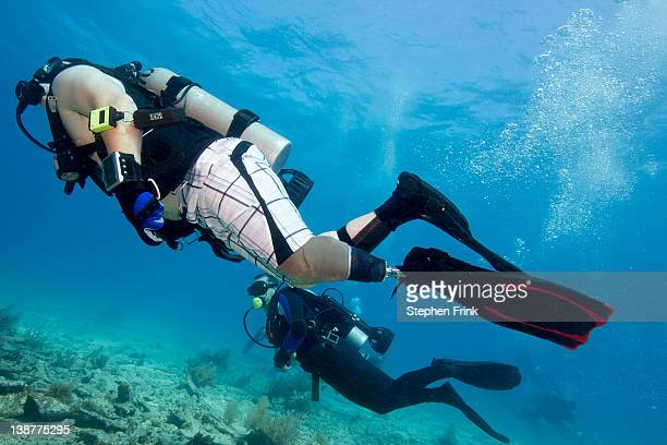 emotional freedom found in scuba diving - scuba diving stock pictures, royalty-free photos & images