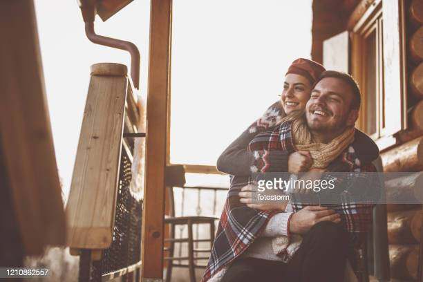 moment émotionnel d'un couple affectueux pendant les vacances. - chalet de montagne photos et images de collection