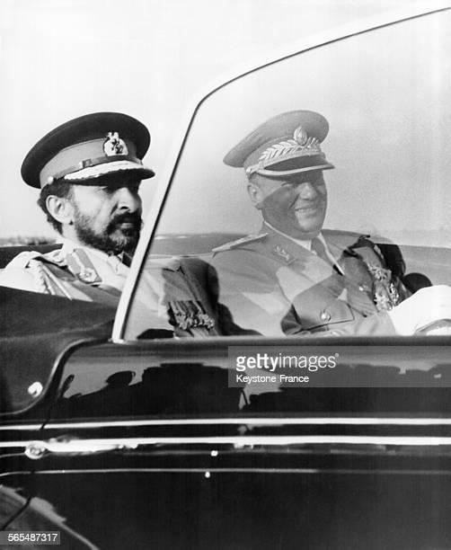 Empereur Haïlé Sélassié et le maréchal Tito assis dans une Rolls Royce britannique, à Belgrade Yougoslavie le 23 juillet 1954.