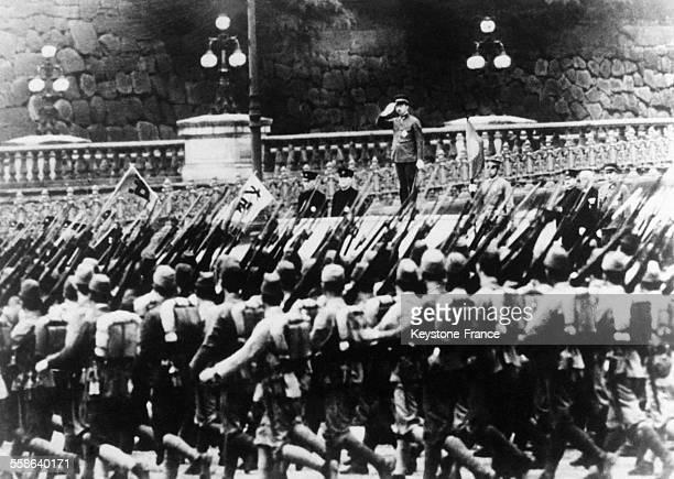 L'empereur Hirohito passant en revue ses troupes au Japon le 8 décembre 1941