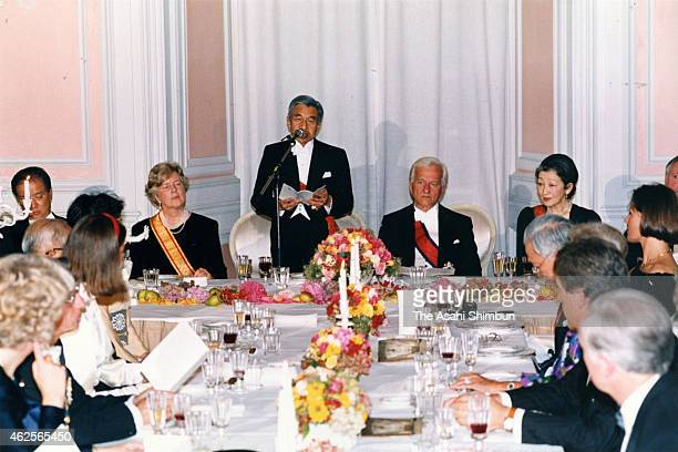 Emperor Akihito addresses while Germany President Richard von Weizsacker his wife Marianne and Empress Michiko listen during the welcome dinner at...