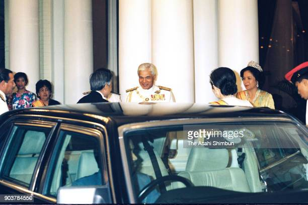 Emperor Akihito and Empress Michiko are welcomed by Sultan Azlan Shah of Malaysia and his wife Tuanku Bainun prior to the state dinner at the Istana...