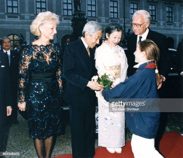 Emperor Akihito and Empress Michiko are welcomed on arrival at Munich Residenz prior to the dinner hosted by the Bavaria Governor on September 17...