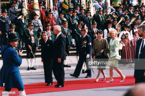 Emperor Akihito and Empress Michiko attend the welcome ceremony at MaxJosephPlatz on September 17 1993 in Munich Germany