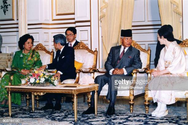 Emperor Akihito and Empress Michiko attend the welcome ceremony with Sultan Azlan Shah of Malaysia and his wife Tuanku Bainun at the Istana Negara on...