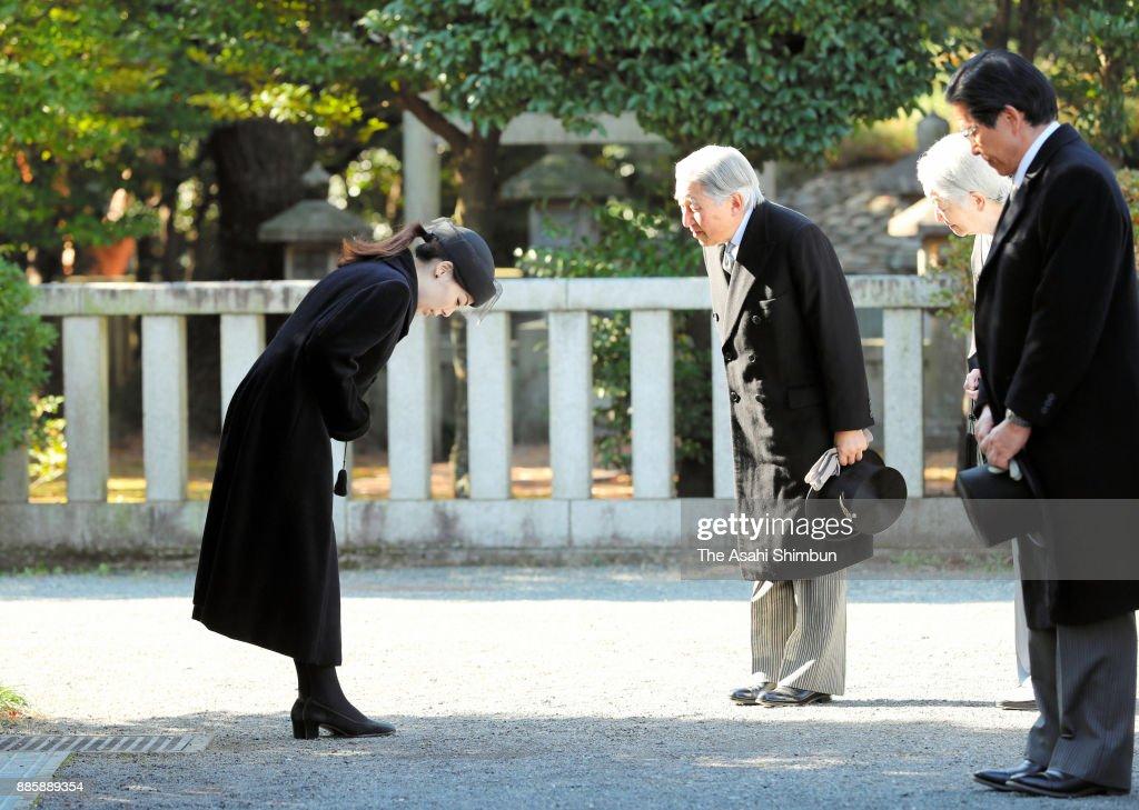 Emperor And Empress Visit Toshimagaoka Cemetery