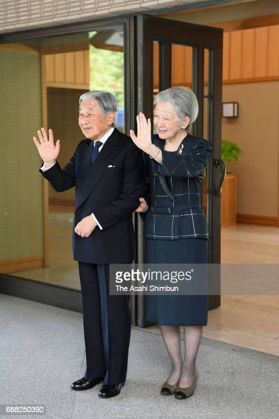 Emperor Akihito and Empress Michiko see off Argentine President Mauricio Macri and his wife after their meeting at the Imperial Palace on May 20 2017...