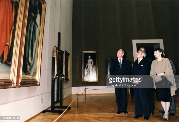 Emperor Akihito and Empress Michiko visit the Alte Pinakothek on September 17 1993 in Munich Germany