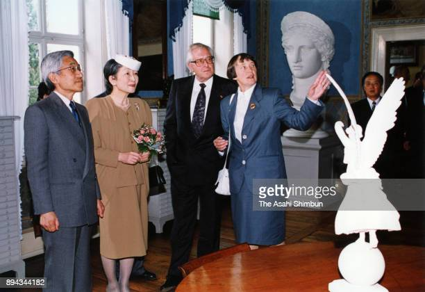 Emperor Akihito and Empress Michiko visit the Goethe Museum on September 16 1993 in Weimar Germany