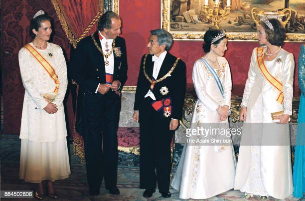 Emperor Akihito and Empress Michiko welcome guests with King Juan Carlos I and Queen Sofia of Spain prior to the state dinner at Palacio de Zarzuela...