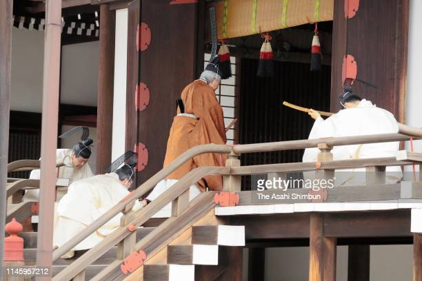 Emperor Akihito enters the Kasukodokoro one of the Imperial Sanctuaries for the 'Taiirei Tojitsu Kashikodokoro Omae no Gi' ceremony to report...