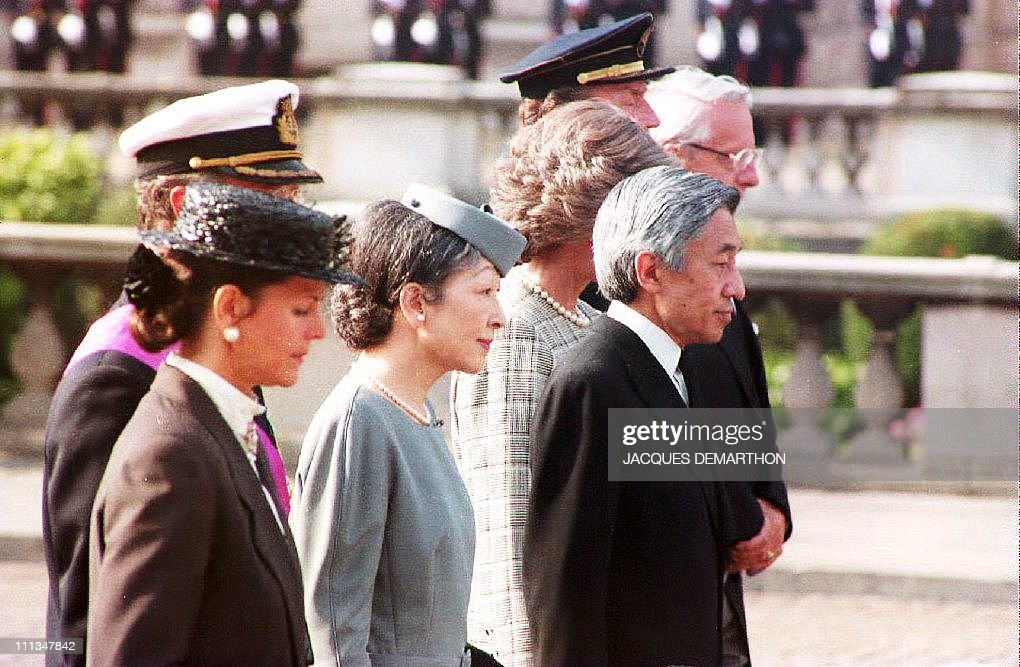 Emperor Akihito of Japan (R) and Empress : News Photo