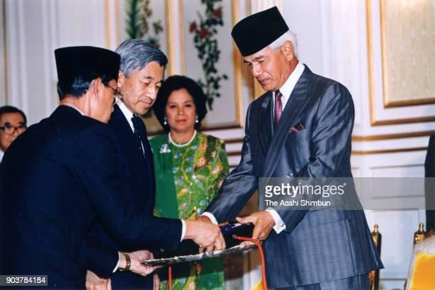 Emperor Akihito receives the medal from Sultan Azlan Shah of Malaysia at the Istana Negara on September 30 1991 in Kuala Lumpur Malaysia