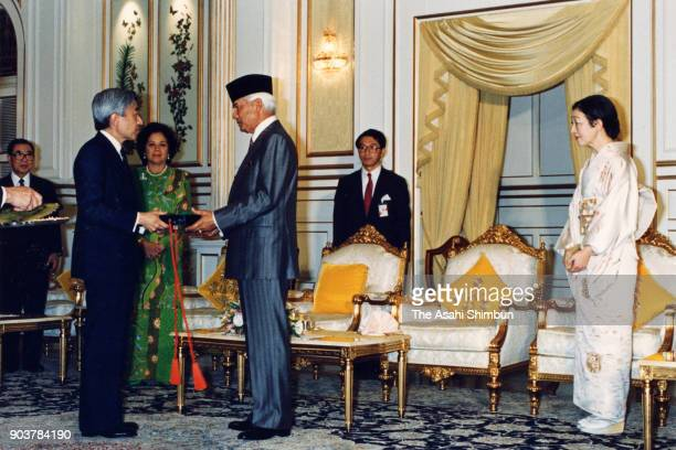 Emperor Akihito receives the medal from Sultan Azlan Shah of Malaysia while Empress Michiko watches at the Istana Negara on September 30 1991 in...