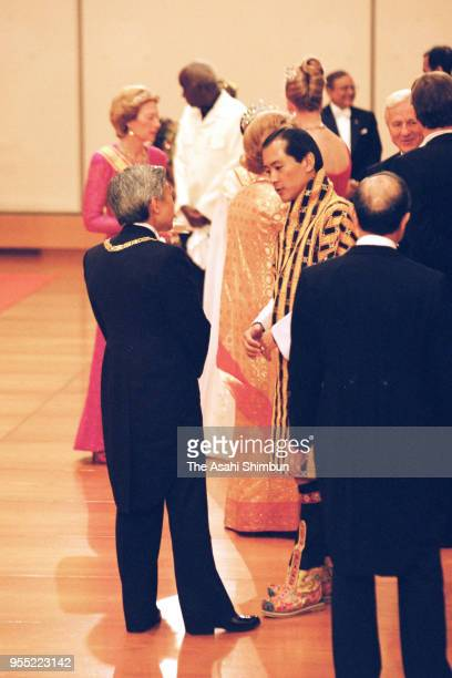 Emperor Akihito talks with King Jigme Singye Wangchuck of Bhutan as he introduces the 'Takamikura' thrones after the 'KyoennoGi' of the 'SokuinoRei'...