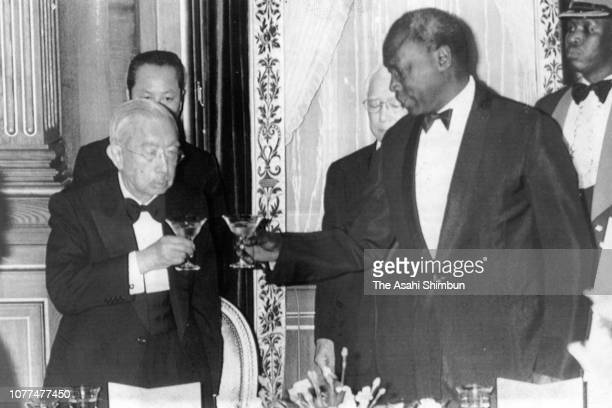 Emperor Hirohito and Kenyan President Daniel arap Moi toast glasses during the return reception at the Akasaka State Guest House on April 7 1982 in...